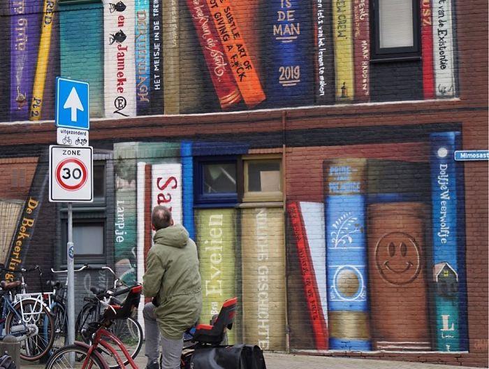 street art utrecht apartment building transformed into bookcase jan is de man 5cadbddeed64a  700 - Artistas holandeses pintam estante gigante em um prédio de apartamentos com os livros favoritos dos moradores