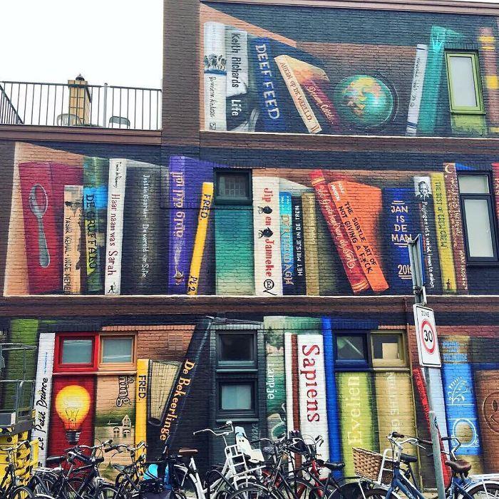 street art utrecht apartment building transformed into bookcase jan is de man 5cadce49460c3  700 - Artistas holandeses pintam estante gigante em um prédio de apartamentos com os livros favoritos dos moradores