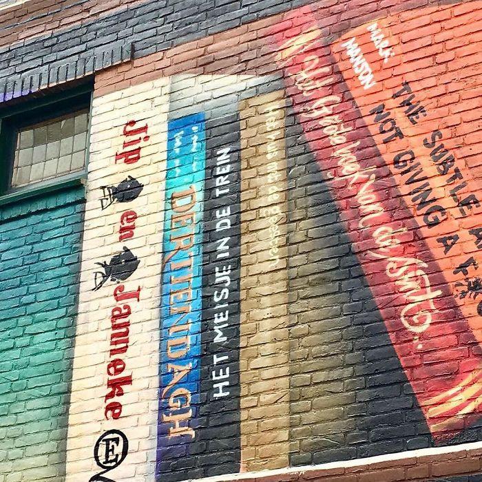 street art utrecht apartment building transformed into bookcase jan is de man 5cadd4d70ae91  700 - Artistas holandeses pintam estante gigante em um prédio de apartamentos com os livros favoritos dos moradores