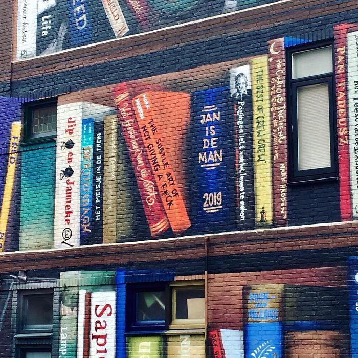 street art utrecht apartment building transformed into bookcase jan is de man 5cadd4da131f0  700 - Artistas holandeses pintam estante gigante em um prédio de apartamentos com os livros favoritos dos moradores