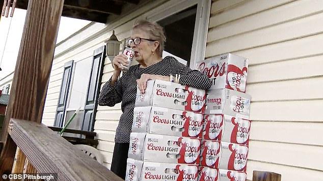 """1 - Vovó isolada pela pandemia faz pedido aos vizinhos pela janela: """"Preciso de mais cerveja""""; pedido viralizou e ganhou 150 latinhas"""