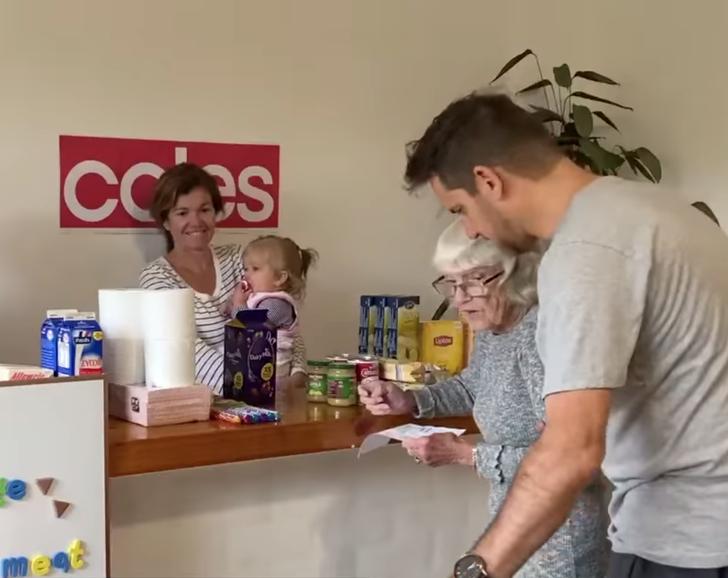 1 - A família criou um mercado doméstico para a avó com Alzheimer. Eu queria ir às compras há muito tempo