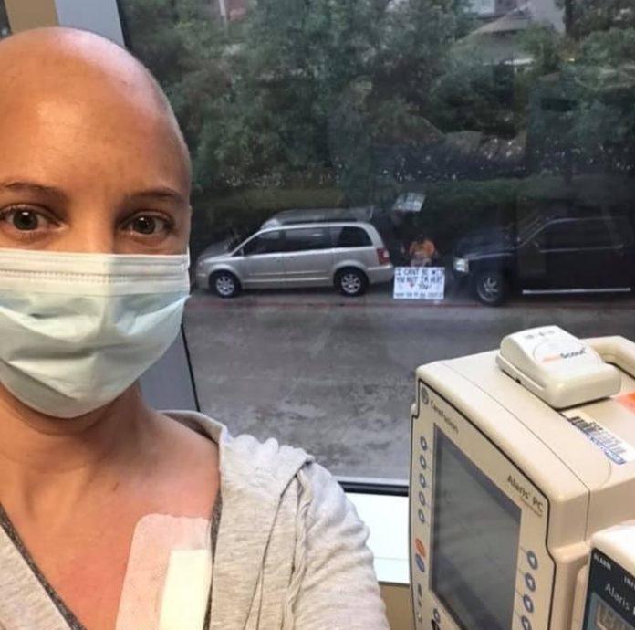 111 7 696x690 1 - Impossibilitado de entrar no hospital, marido faz cartaz na rua para apoiar esposa em quimioterapia