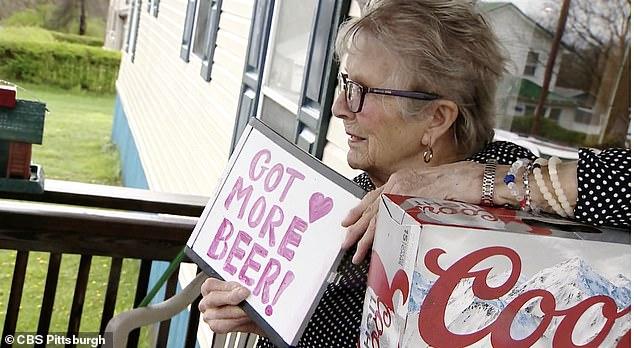 """3 - Vovó isolada pela pandemia faz pedido aos vizinhos pela janela: """"Preciso de mais cerveja""""; pedido viralizou e ganhou 150 latinhas"""