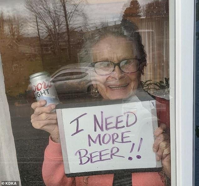 """4 - Vovó isolada pela pandemia faz pedido aos vizinhos pela janela: """"Preciso de mais cerveja""""; pedido viralizou e ganhou 150 latinhas"""