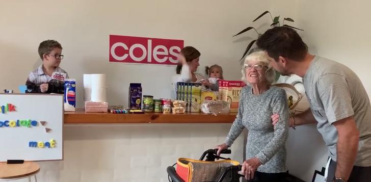 5 - A família criou um mercado doméstico para a avó com Alzheimer. Eu queria ir às compras há muito tempo