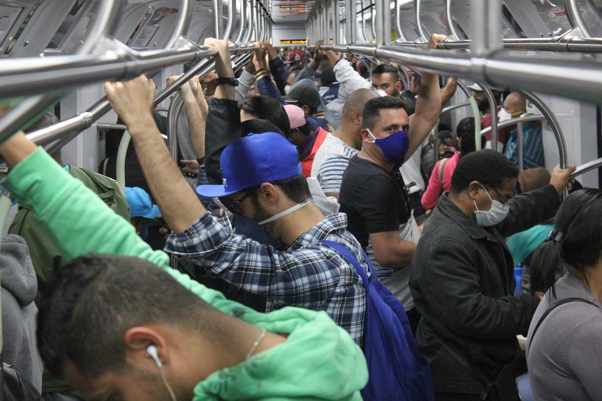 Metrô Paulistano em 20 de abril de 2020 - São Paulo completou um mês de quarentena com baixíssima taxa de isolamento, resultado: Lideram a taxa de infecção e mortalidade