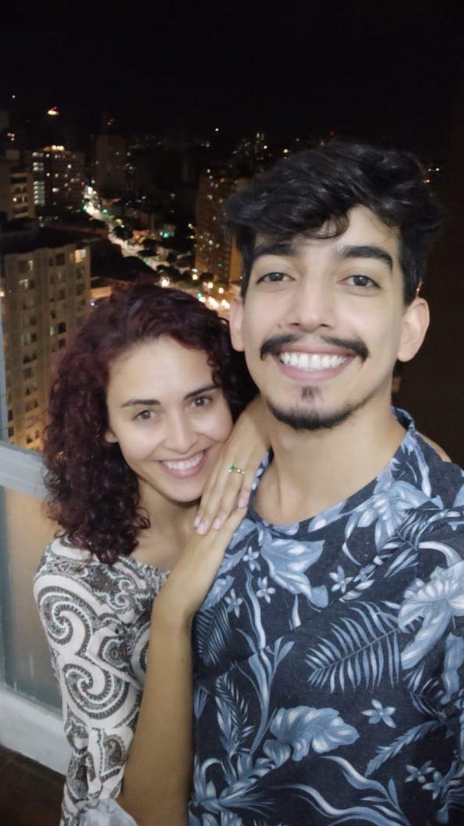 """casal noivo edificio jk scaled - O amor está na quarentena: """"jovem é pedida em casamento em BH com linda projeção no Edifício JK"""""""
