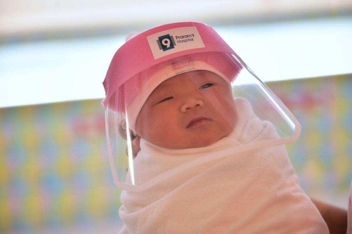 protetoresbebes2 scaled 1 - Bebês ganham máscaras de proteção facial em maternidade na Tailândia
