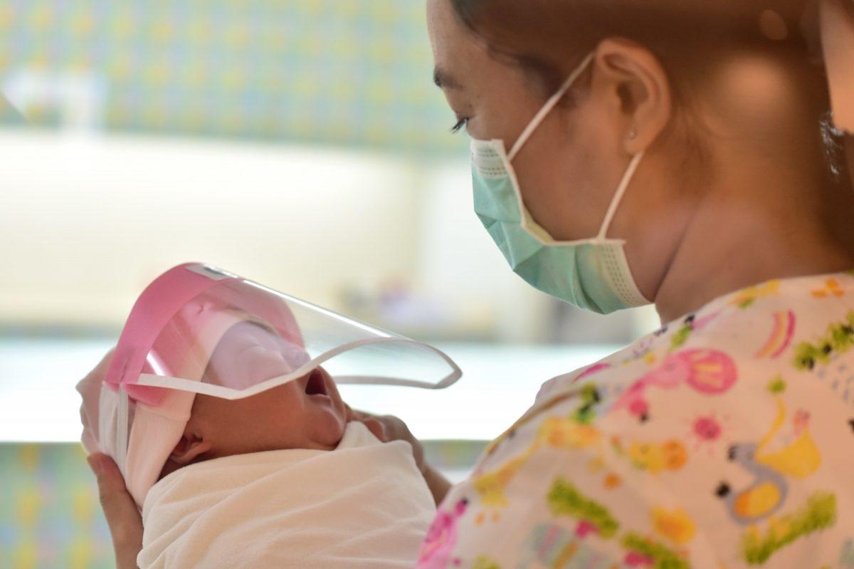 protetoresbebes4 scaled 1 - Bebês ganham máscaras de proteção facial em maternidade na Tailândia