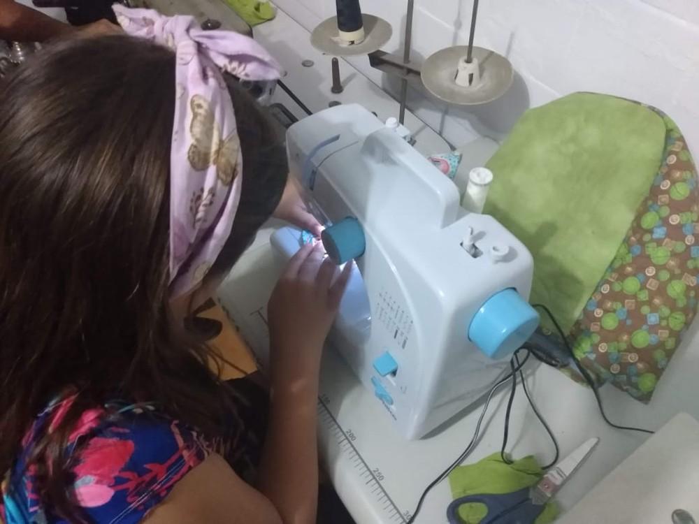 whatsapp image 2020 04 10 at 07.02.54 1  - Menina de 9 anos costura máscaras e doa aos moradores de rua. Um exemplo a ser seguido