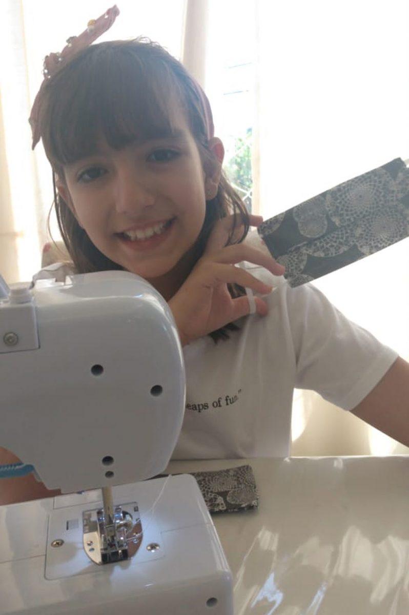 whatsapp image 2020 04 10 at 07.02.54 scaled - Menina de 9 anos costura máscaras e doa aos moradores de rua. Um exemplo a ser seguido