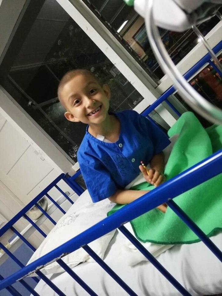 """2 2 - """"Hoje é minha última quimioterapia"""": criança venceu o câncer e comemorou com frase no carro!"""