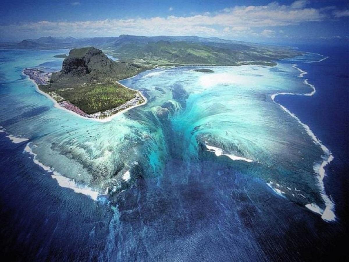 "Capa underwater waterfall trench le morne mauritius 696x522 1 - ""Cachoeira subaquática"" conheça esta beleza impressionante da Ilha Maurícia"
