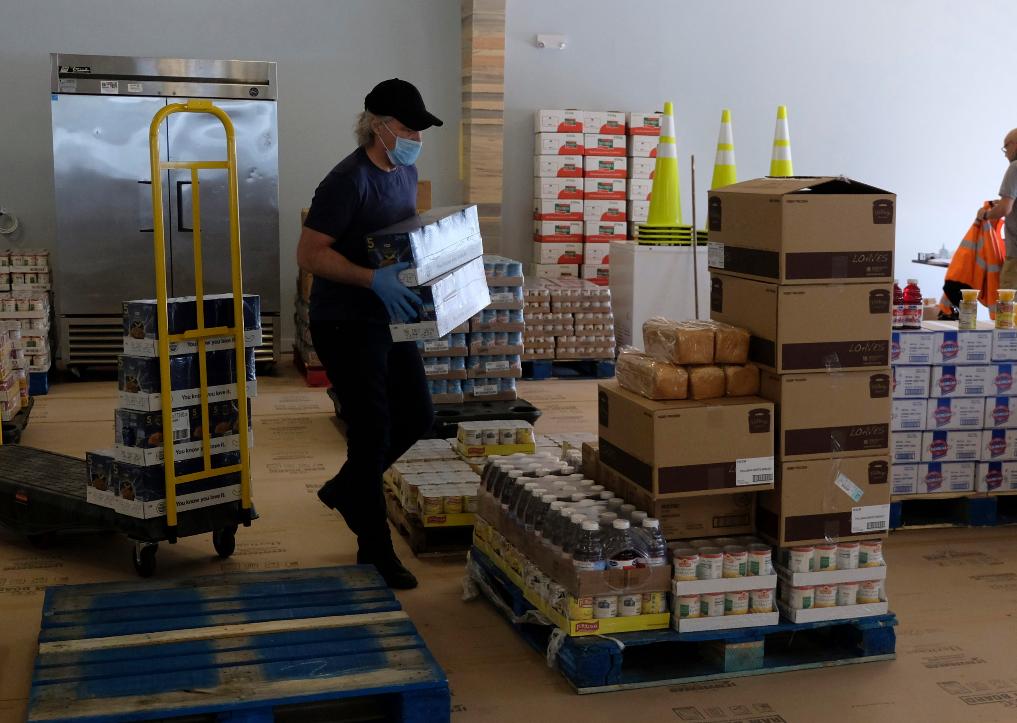 Captura de Tela 198 - Jon Bom Jovi e sua esposa montaram um grande banco de alimentos para ajudar famílias carentes durante a pandemia