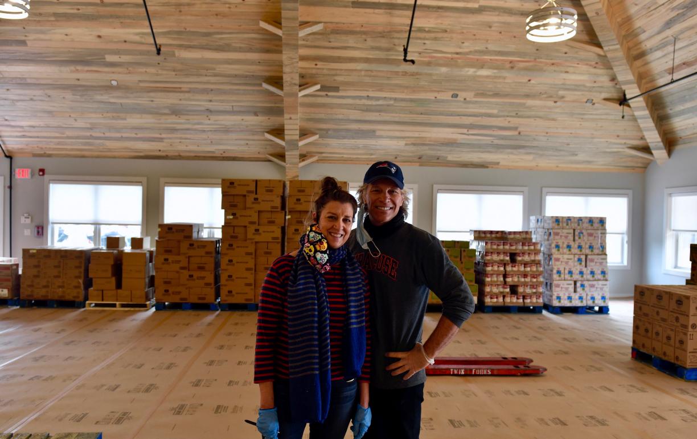 Captura de Tela 199 - Jon Bom Jovi e sua esposa montaram um grande banco de alimentos para ajudar famílias carentes durante a pandemia