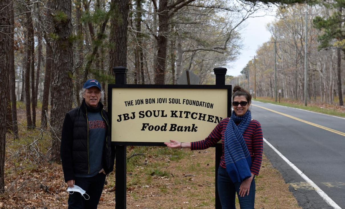 Captura de Tela 200 - Jon Bom Jovi e sua esposa montaram um grande banco de alimentos para ajudar famílias carentes durante a pandemia