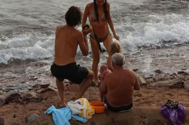 mulher da luz no mar vermelho 5 - Mulher deu à luz no Mar Vermelho e as imagens são surpreendentes