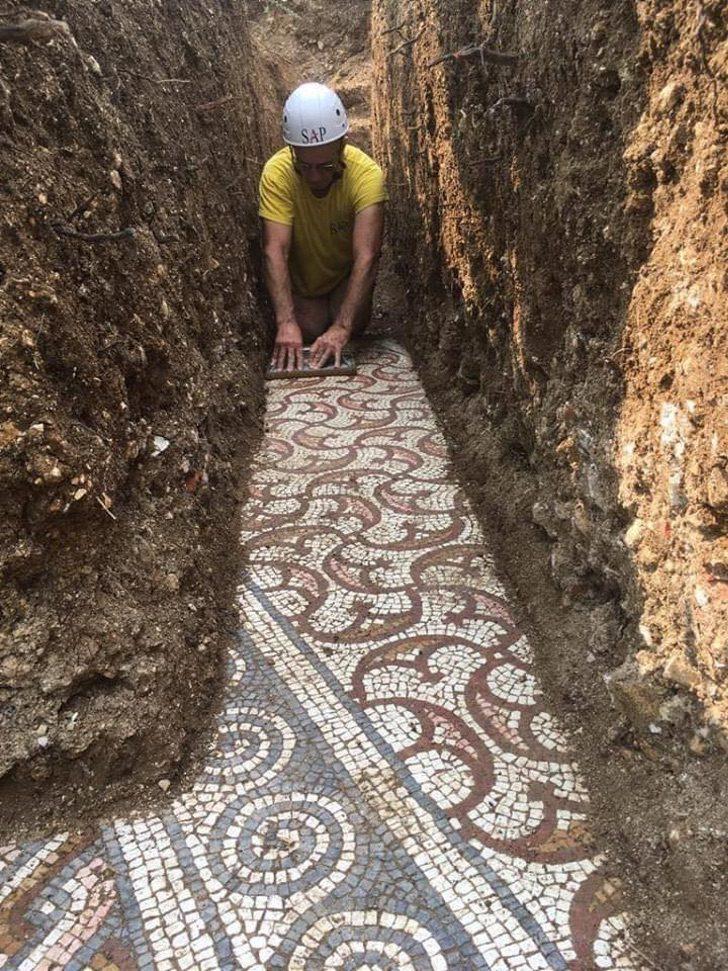 pg8kp mosaic of roman village discovered 3 - Arqueólogos descobrem mosaicos romanos em um antigo vinhedo na Itália. Eles são tesouros da humanidade