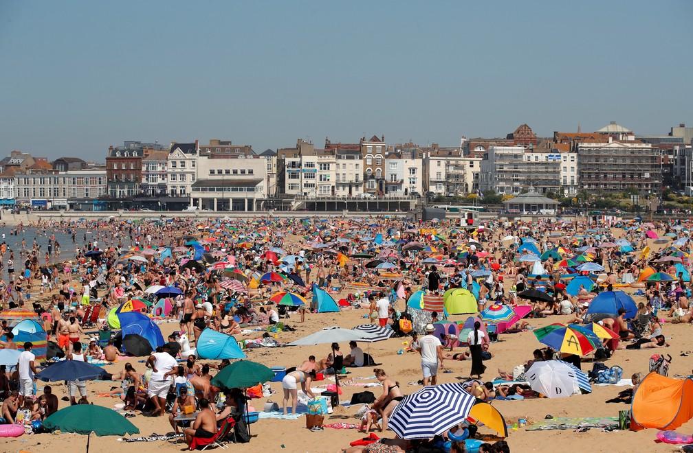 "2020 06 24t153435z 39583470 rc2qfh925v7k rtrmadp 3 britain weather - Ingleses lotam as praias em dia de sol; governo ""teme"" 2ª onda da Covid-19"