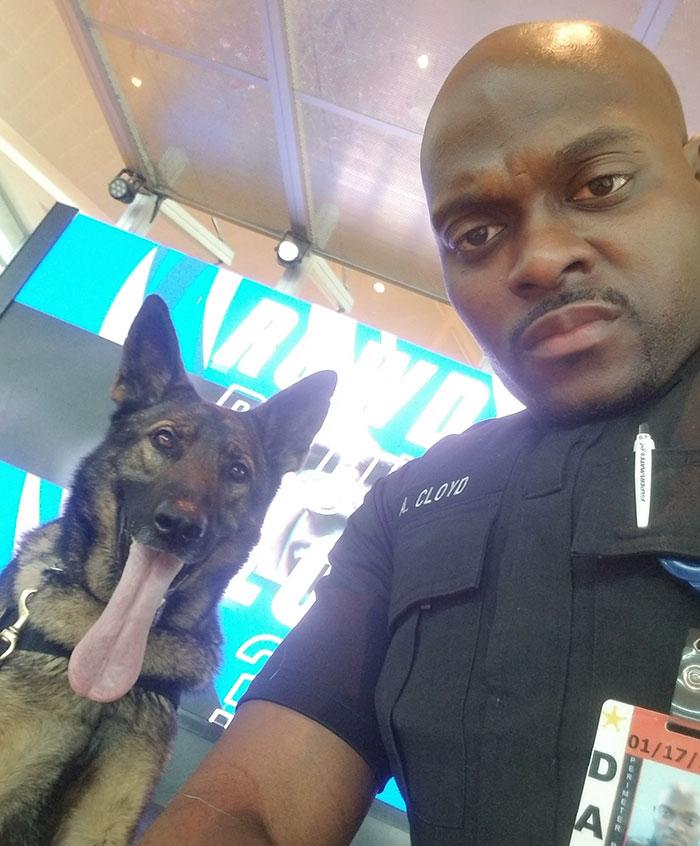 6 - Policial tirando selfies com seu cão encanta a todos