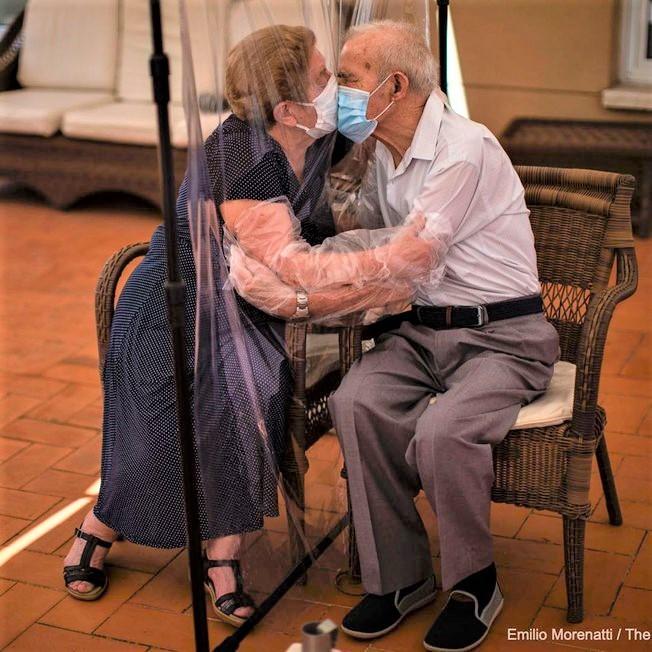 8p7lv5jl2qq9n4vew61csbybo - Casal de idosos se beijam na pandemia através de uma cortina plástica, provando que não há barreiras para o amor