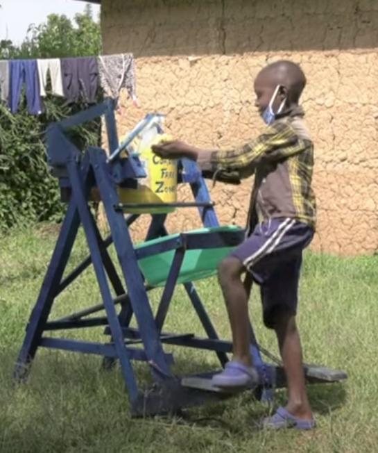 Captura de Tela 263 - Menino queniano de 9 anos produziu uma máquina de lavar as mãos e foi premiado no Quênia.