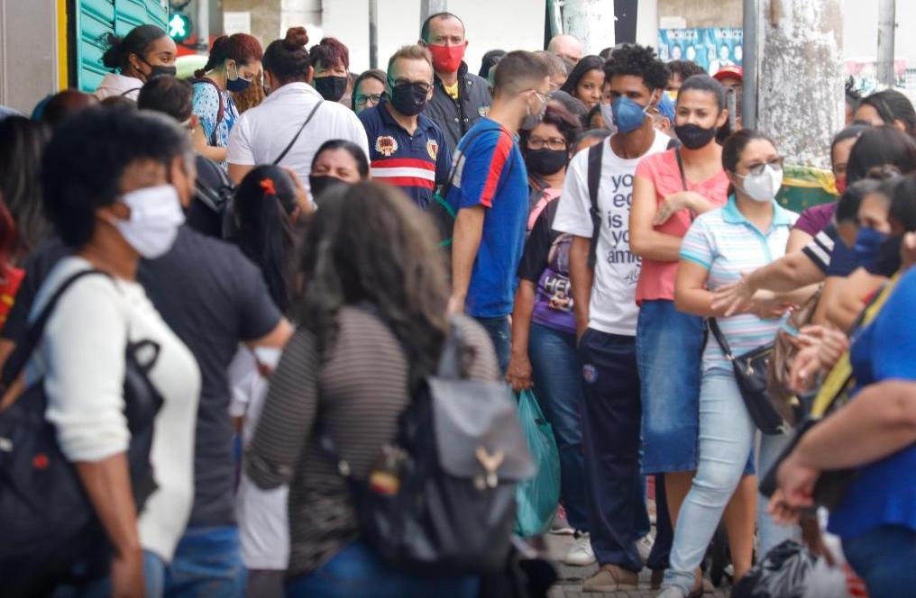 """Movimentação no Brás região central de São Paulo Imagem MinetoFutura PressEstadão Conteúdo - """"Deus nos acuda"""", reabertura do comércio em São Paulo leva multidões às ruas."""