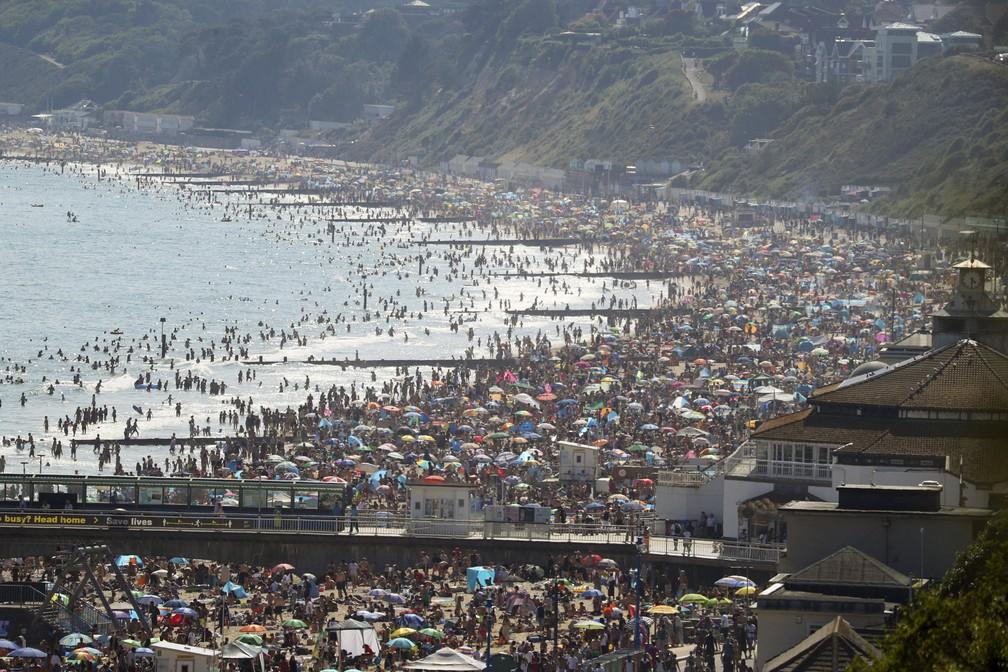 """ap20176584199745 - Ingleses lotam as praias em dia de sol; governo """"teme"""" 2ª onda da Covid-19"""