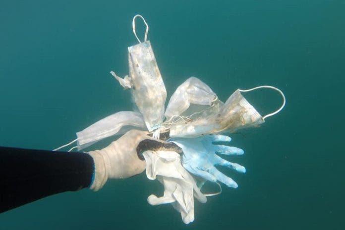 mascherine mare cover 696x464 1 - Brevemente no Mediterrâneo terá mais máscaras e luvas do que águas-vivas: tristes imagens do fundo do mar da Riviera Francesa.