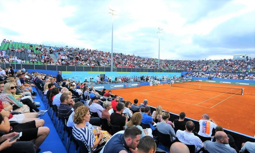 x88555567 TennisAdria TourZadar CroatiaJune 21 2020General view of fans by the court befo.jpg.pagespeed.ic .mkBOfpZh5W - Tenista número 1 Djokovic contrai covid-19 após promover torneios de tênis com participação do público