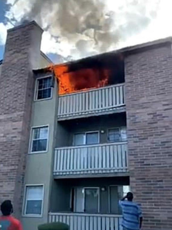 1 2 - Jovem pegou nos braços um garoto que caiu do terceiro andar de um prédio em chamas e o salvou.