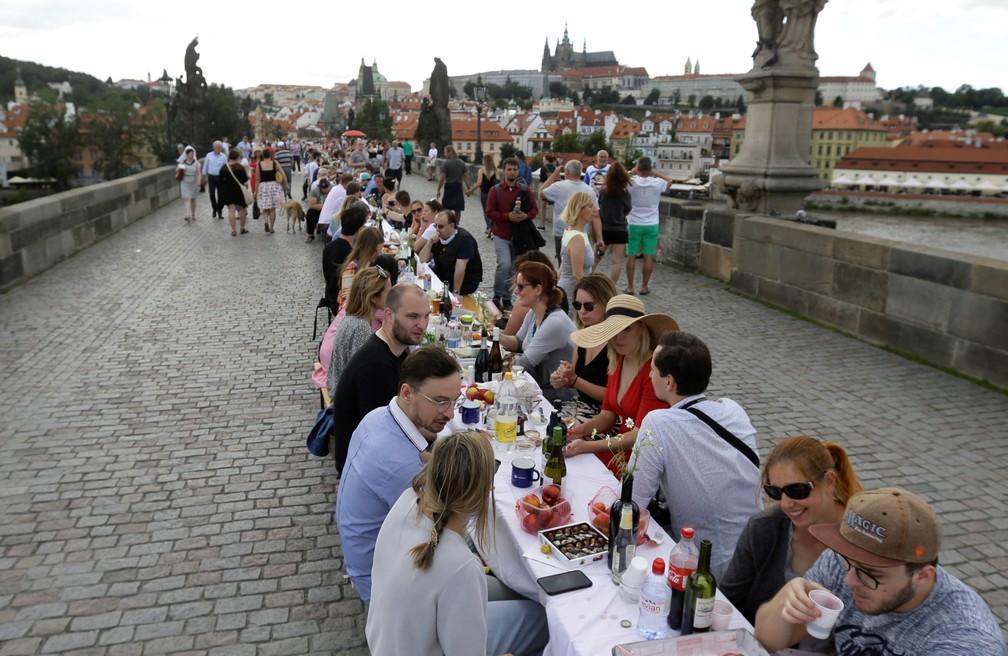 101546348 3466835960039433 1192074478016790528 n - Cidadãos de Praga comemoram o fim da quarentena com jantar em mesa gigantesca