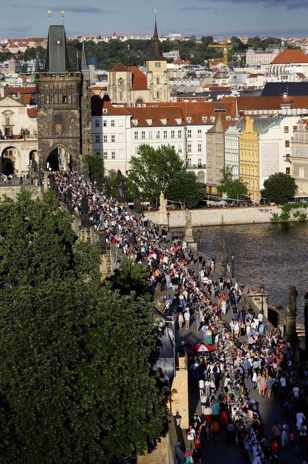 2 1 - Cidadãos de Praga comemoram o fim da quarentena com jantar em mesa gigantesca
