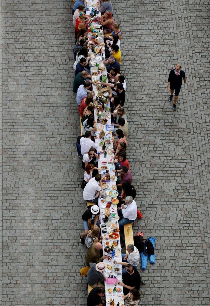 3 1 scaled - Cidadãos de Praga comemoram o fim da quarentena com jantar em mesa gigantesca