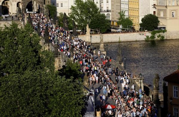 4 2 - Cidadãos de Praga comemoram o fim da quarentena com jantar em mesa gigantesca