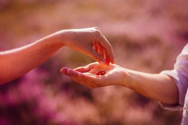 Mão que se ajudam - Somente quem gosta de você compreende os motivos por trás dos seus silêncios