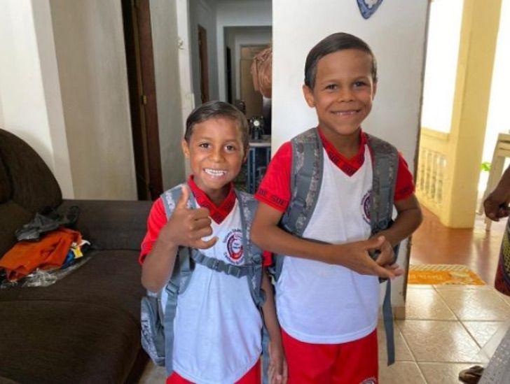 Sem título - Irmãos que vendiam legumes na estrada vão à escola pela 1ª vez. Eles têm uma casa nova
