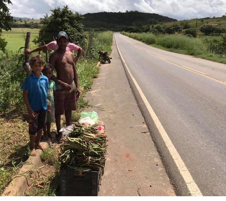 WhatsAppImage2020 01 21at14.33.403 - Irmãos que vendiam legumes na estrada vão à escola pela 1ª vez. Eles têm uma casa nova