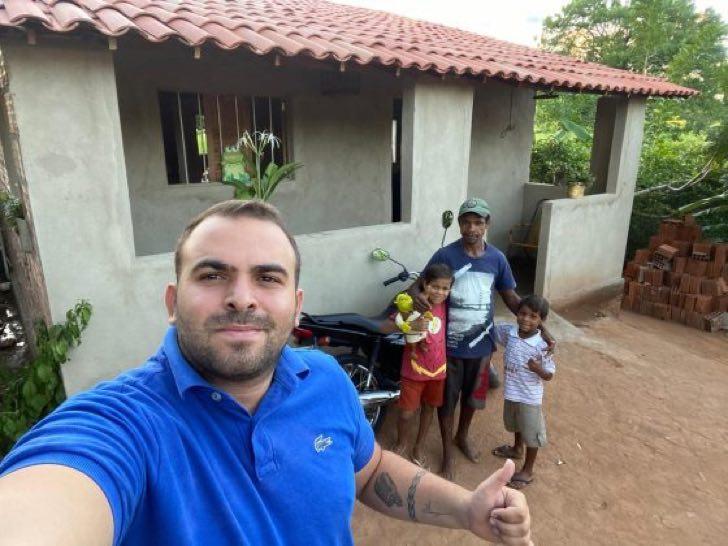 sdsdsd - Irmãos que vendiam legumes na estrada vão à escola pela 1ª vez. Eles têm uma casa nova