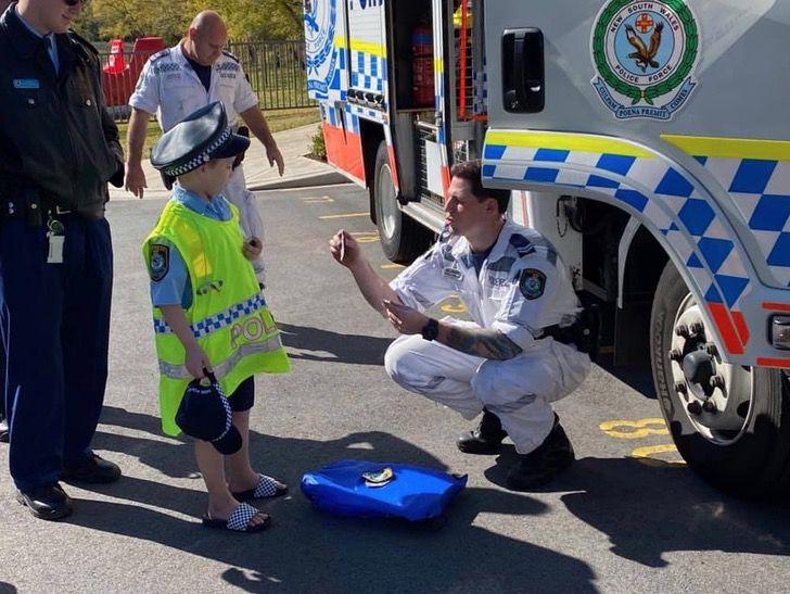 1 3 - Criança com câncer terminal foi policial por um dia como sempre sonhou. Eles são seus heróis