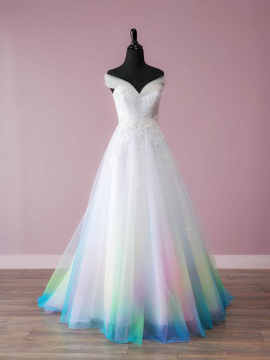 """11 - Artista inicia um negócio de vestidos de noiva coloridos depois que seu vestido de """" fogo"""" viralizou na internet"""