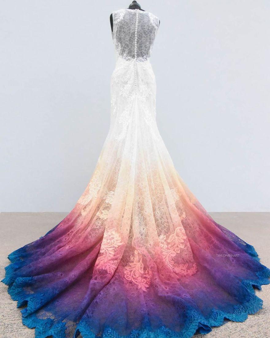 """15 - Artista inicia um negócio de vestidos de noiva coloridos depois que seu vestido de """" fogo"""" viralizou na internet"""