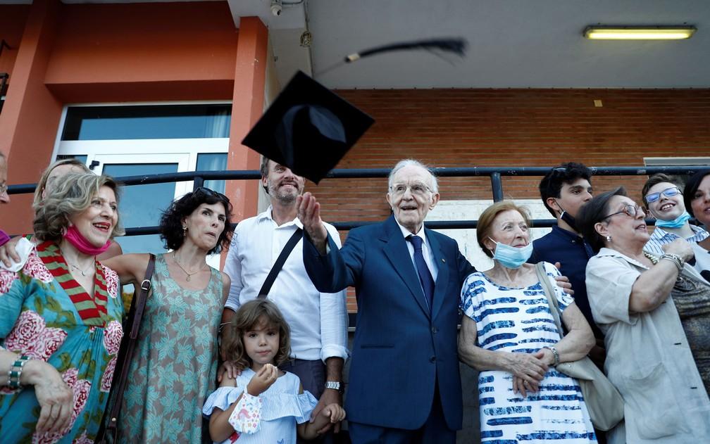 2 1 - Com 96 anos, ele realizou seu sonho de se formar em História em uma universidade da Itália