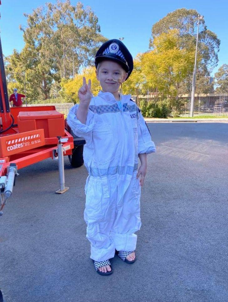 2 4 - Criança com câncer terminal foi policial por um dia como sempre sonhou. Eles são seus heróis