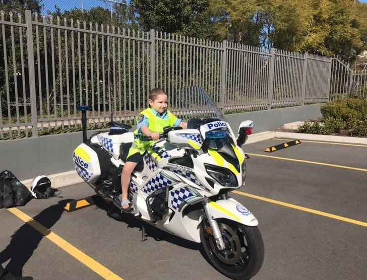 3 4 - Criança com câncer terminal foi policial por um dia como sempre sonhou. Eles são seus heróis
