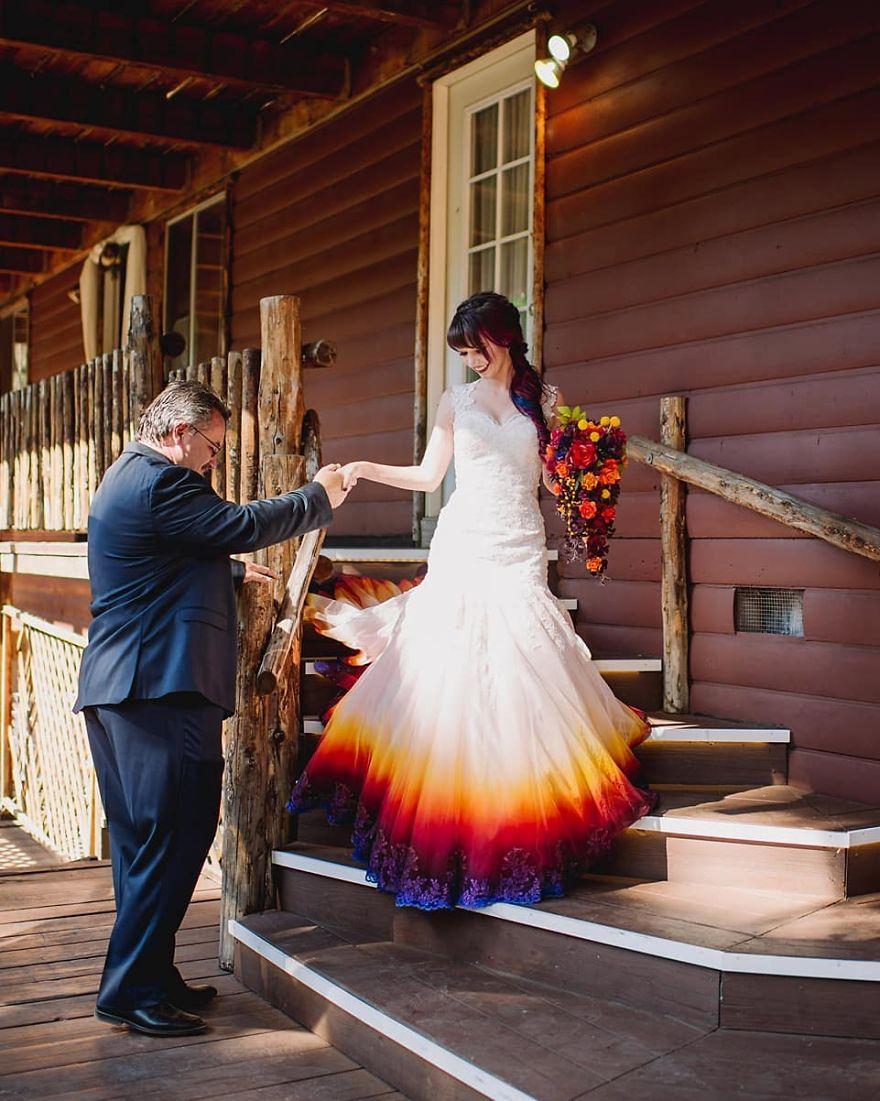 """3 - Artista inicia um negócio de vestidos de noiva coloridos depois que seu vestido de """" fogo"""" viralizou na internet"""