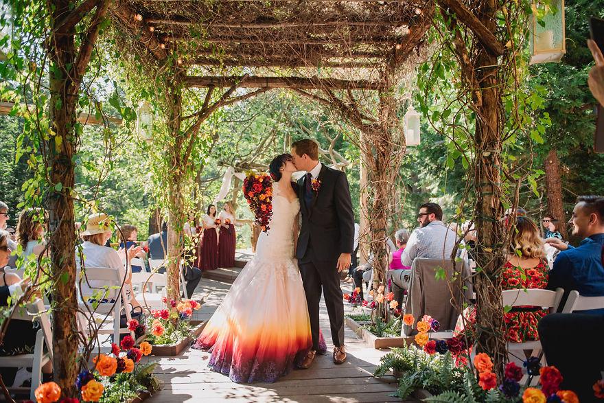 """4 - Artista inicia um negócio de vestidos de noiva coloridos depois que seu vestido de """" fogo"""" viralizou na internet"""