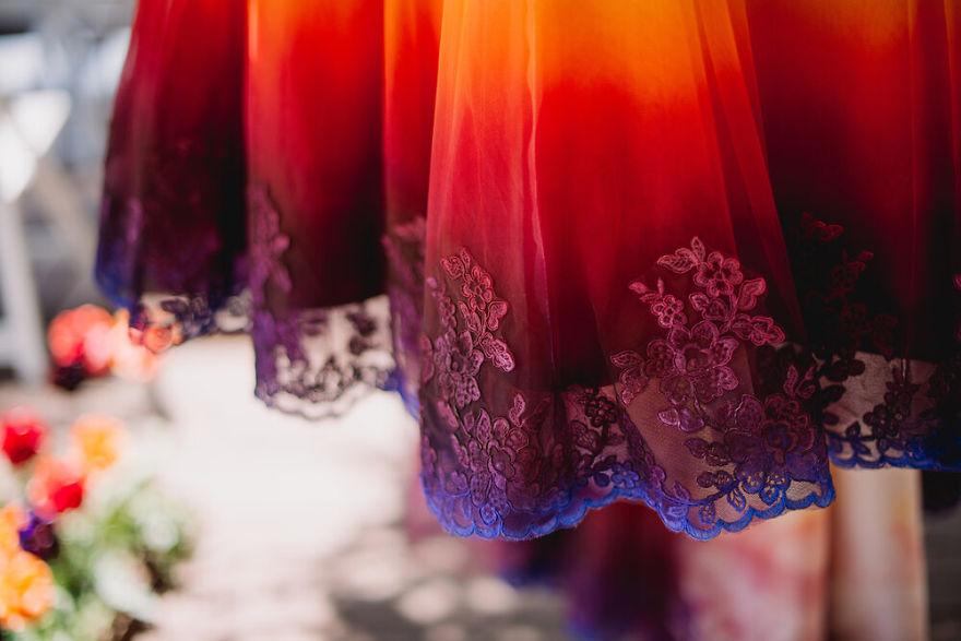 """6 - Artista inicia um negócio de vestidos de noiva coloridos depois que seu vestido de """" fogo"""" viralizou na internet"""