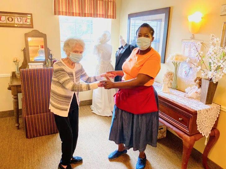 Captura de Pantalla 2020 08 12 a las 12.49.28 - Com 107 anos ela já derrotou o coronavírus e a gripe espanhola. Ela é tão forte que dança para comemorar